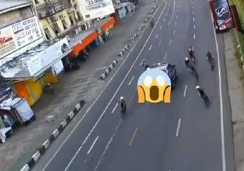 Rombongan Pesepeda Bubar, Satu Orang Terbang Diseruduk Mobil Pelat Merah dan Langsung Tancap Gas
