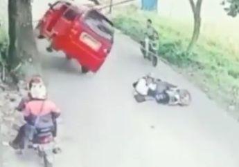 Apes Hindari Pemotor yang Tergeletak di Jalan, Angkot Ini Malah Terguling