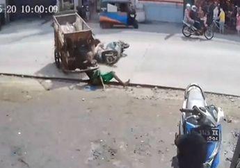 Kasian Banget, Detik-detik Kakek Penarik Gerobak Jungkir Balik Diseruduk Motor, Netizen Malah Debat