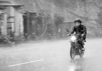 Naik Motor Saat Hujan Harus Pakai Ini, Di Amerika Jadi Kewajiban