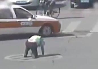 Mengharukan! Video Detik-detik Polisi Tergeletak di Jalan Raya Saat Atur Lalu Lintas, Ini Komentar Netizen