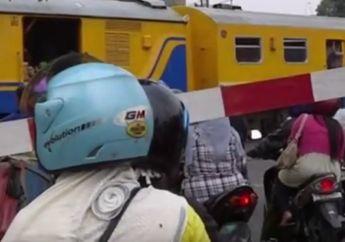 Nahas! Video Saat Menghalang Pengendara Sepeda Motor Terabas Pintu Perlintasan, Polisi Tewas Tersambar Kereta