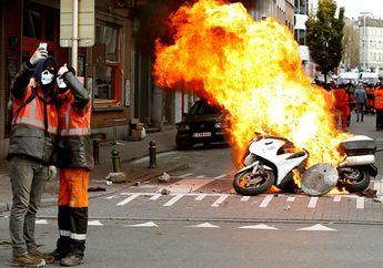 Video Ini Menjelaskan Kenapa Motor yang Terbakar Jangan Disiram Pakai Air