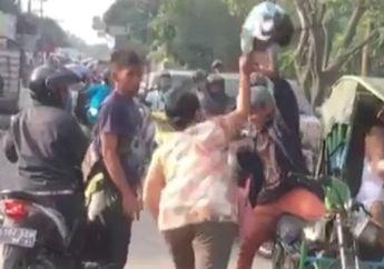 Ngeri! Gara-gara Masalah Sepele, Emak-emak Hajar Pengendara Bentor Pakai Helm, Simak Videonya