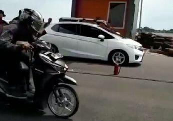 Cadas! Video Honda Vario 125 Lawan Honda Jazz Ditrek Lurus, Siapa yang Diasapin Nih?