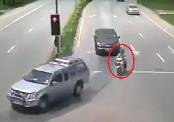 Brutal! Detik-detik Pengendara Motor Ditabrak Mobil Dipersimpangan, Korban Berterbangan