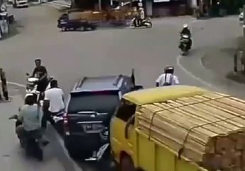 Ngeri! Video Detik-detik Rem Truk Blong, Seruduk Mobil dan Hantam Pelajar di Lampu Merah