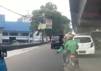 Keren! Driver Ojol Ini Bantu Buka Jalan Buat Ambulans, Lihat Videonya..