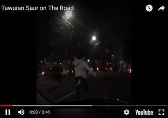 Sepasang Kekasih Rekam Aksi Tawuran Saat 'Sahur on the Road', Simak Video Kekacauannya..