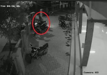 Enggak Butuh Waktu Lama, Maling Terekam CCTV Gondol Motor dari Halaman Masjid di Bekasi