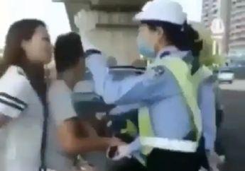 Sadis... Ditilang Karena Enggak Pakai Helm, Siswi Ini Ditampar Polwan dan Terlibat Perkelahian di Jalan Raya