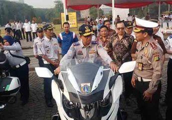 Gubernur Anies Baswedan Terjatuh Saat Jajal Motor Baru Milik Dishub DKI Jakarta