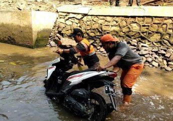 Penemuan Honda Vario di Sungai Bikin Geger, Ternyata Milik Warga yang Dibuang Karena Dikejar Debt Collector