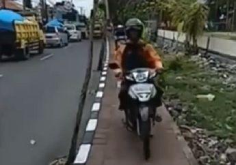 Bikin Malu, Video Bule Marahi dan Hadang Motor Melintas di Trotoar, Reaksi Pemotor Seperti Ini