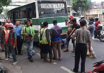 Lagi-lagi Kopaja Makan Korban Pemotor Nyaris Terlindas di Mampang, Netizen Minta Angkutan Ini Dihapus