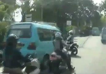 Mencekam! Video Detik-detik Sopir Mikrolet Kabur Saat Dirazia, Motor dan Petugas Dishub Terkapar Ditabrak