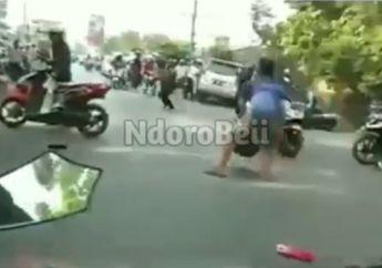 Braakk!!! 7 Pemotor Terkapar Diseruduk Avanza di Banjarmasin, Satu Masuk Kolong Mobil