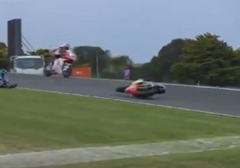 Video Adik Marc Marquez Tabrak Pembalap Lain di Kualifikasi Moto2 Australia, Motor Meluncur Liar