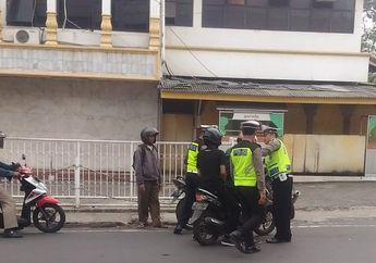 Nekat! Udah Kaya Di Film, Dua Pemuda Nekat Terobos Razia Polisi, Pasrah Saat Dikepung