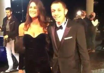 Lucu, Begini Ekspresi Valentino Rossi Saat Nyaris Dipermalukan Pacarnya