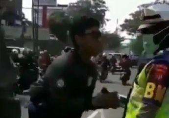 Kocak! Video Pemotor Mohon Ampun Kepada Polwan, Seperti Mau Melamar Kekasihnya
