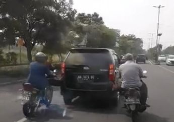 Ngakak! Video Daihatsu Xenia Distut Dua Pemotor, Enggak Pegal Tuh?