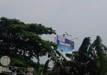 Jalan Rasuna Said Macet Karena Ada Pria Pakai Celana Dalam Panjat Papan Reklame