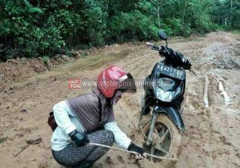 Luar Biasa! Guru Pantang Menyerah Naik Motor Di Jalan Berlumpur Demi Siswa Didik