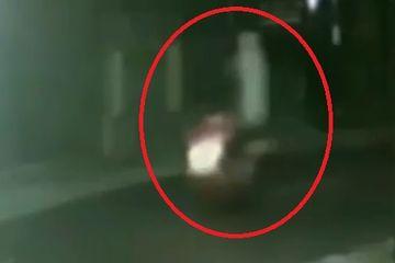 Video Pemotor Terekam Kamera CCTV Bonceng Pocong, Satpam Komplek Kocar-kacir