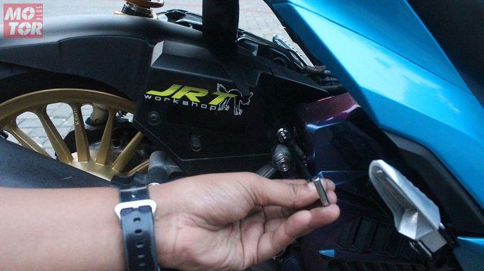 pasang hugger sesuai dengan dudukan bautnya dan kencangkan dengan kunci L5
