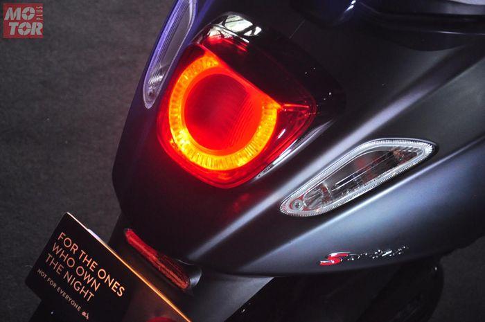 Vespa Sprint Notte 150 lampu depan dan stoplamp pakai teknologi Light-Emitting Diode (LED)