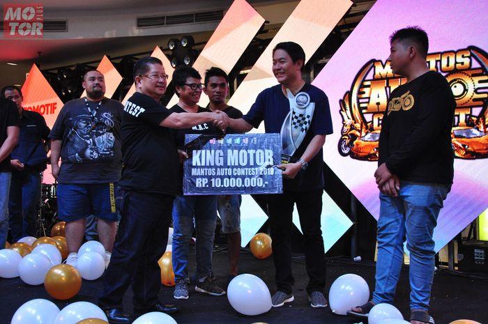 Penyerahan hadiah dilakukan langsung oleh Hengky Wijaya, owner Mantos