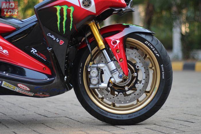 Tim R3 membekali dua buah disc brake untuk roda depan yang terpasang pada pelek XMAX