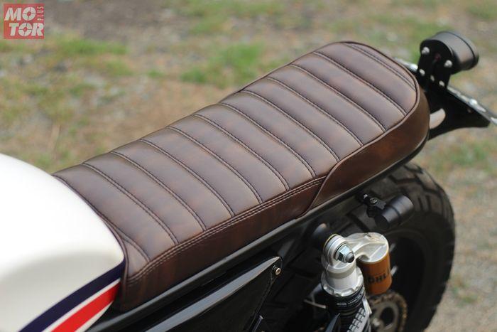 Posisi jok dibuat lebih datar dan dibalut kulit sintetis berwarna cokelat