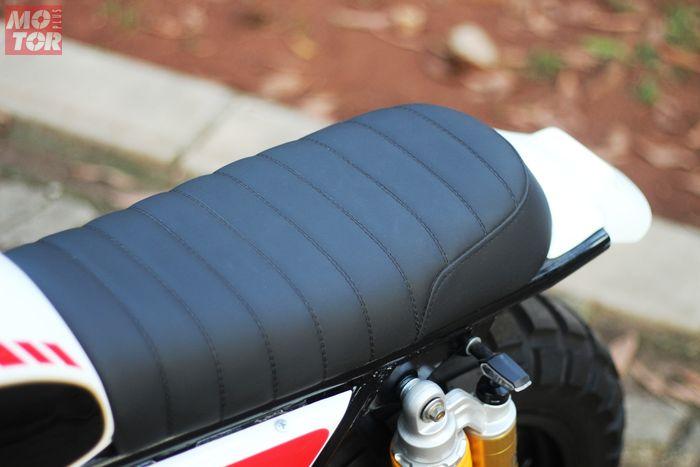Jok custom dengan lapisan kulit sintetis berwarna hitam