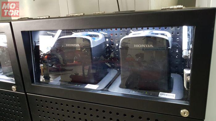 Ilustrasi baterai Honda PCX Electric sedang diisi ulang di charging station