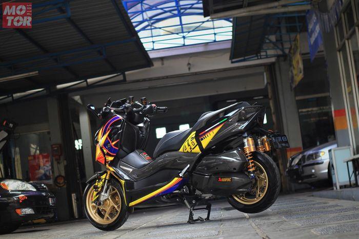 Motif grafis yang dipakai Yamaha XMAX ini dari helm AGV K5 Jet Soleluna Valentino Rossi