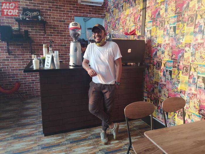 Donny Ariyanto di dalam coffee shop Studio Motor miliknya.