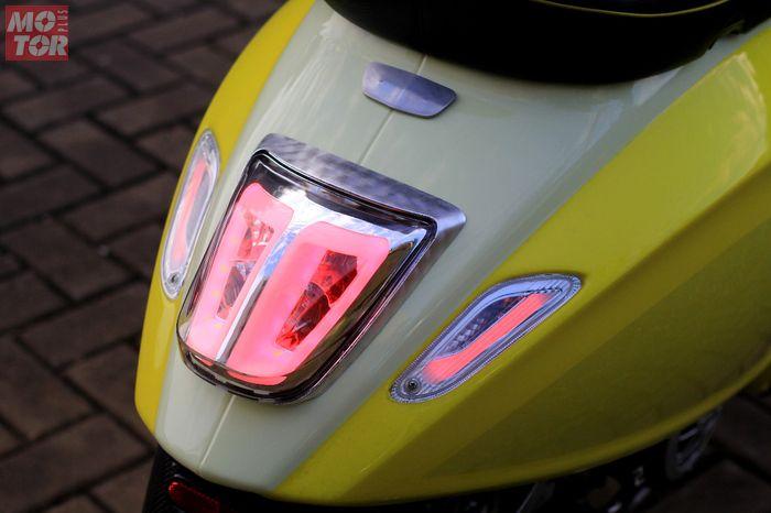 Modifikasi motor Vespa Sprint 150 i-get, lampu sein dan rem diganti aftermarket yang sudah LED dengan mika clear.
