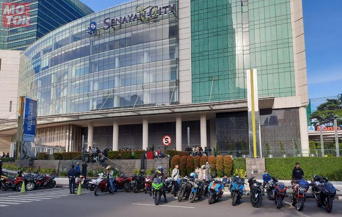 Para bikers sunmori menjadikan mall Senayan City sebagai titik kumpul.