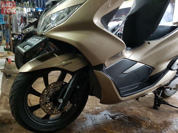 Posisi plat nomor depan Honda PCX bisa dipindah ke bawah
