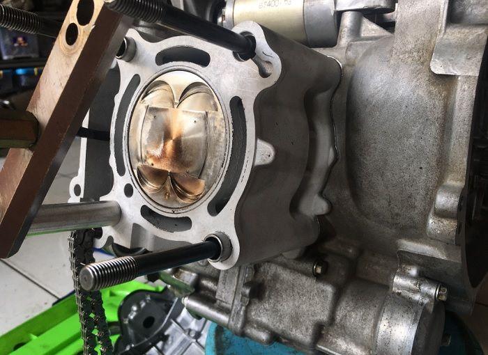 Cara XMAX 250 jadi 335 cc tidak hanya stroke up, tapi juga bore up pakai paket bore up keluaran Charmo.