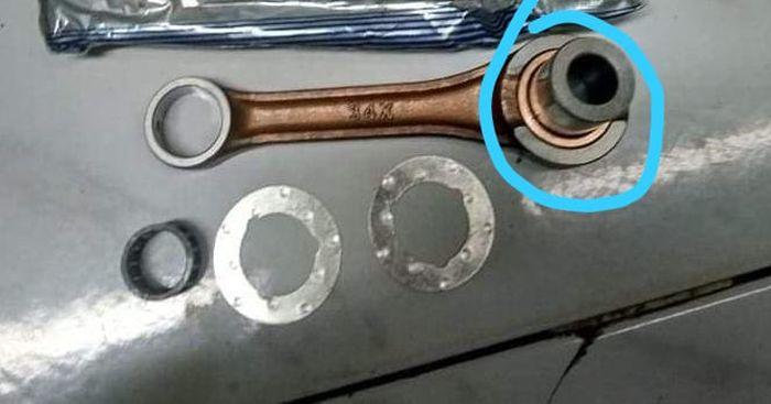Lubang big end atau pin kruk as kecil di motor 2-tak