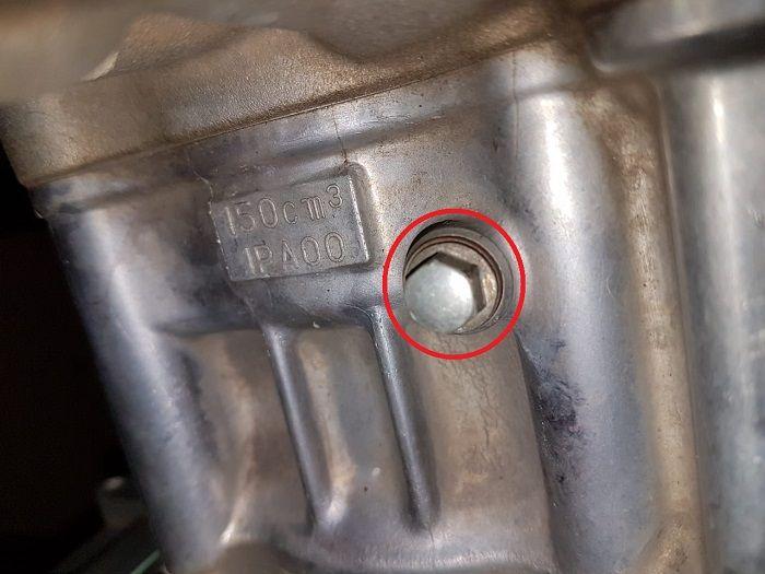 Lubang pembuangan air radiator biasaya terletak di blok silinder