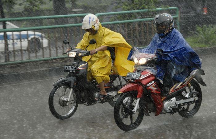 Bahaya menggunakan jas hujan ponco saat naik motor.