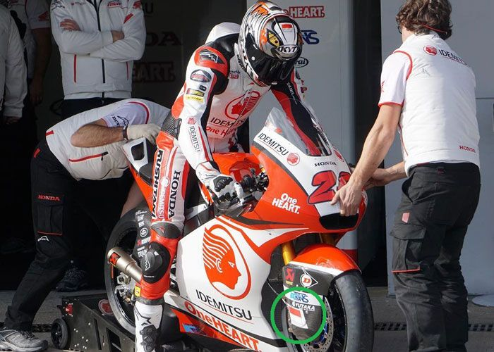 Motor Moto2 Dimas Ekky Pratama sisi sepatbor kanan logo bendara Merah Putihnya terpasan benar