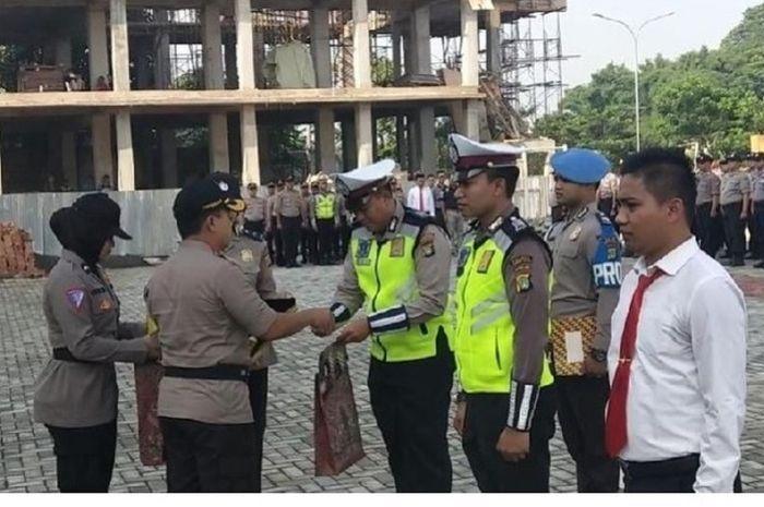 Dua anggota polisi dapat penghargaan dari Kapolres Tangsel.