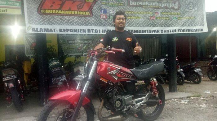 Erik Tanjung, Pemilik Bengkel dan Toko Spare Part Bursa Karbu Jogja (BKJ) saat berfoto bersama motor koleksinya yang tak mau dilepas meski sempat ditawar Rp 50 Juta oleh kolektor.