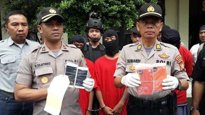 Kapolsek Rahmat Sujatmiko (kiri) saat menunjukkan barang bukti hasil begal
