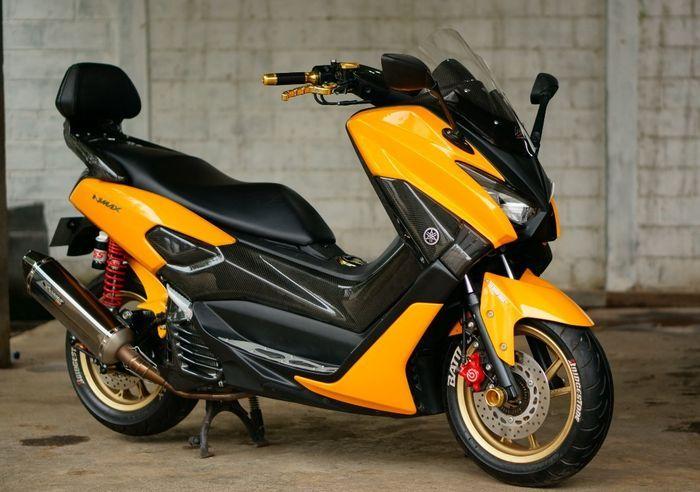 Yamaha NMAX dengan warna orange makin terlihat segar